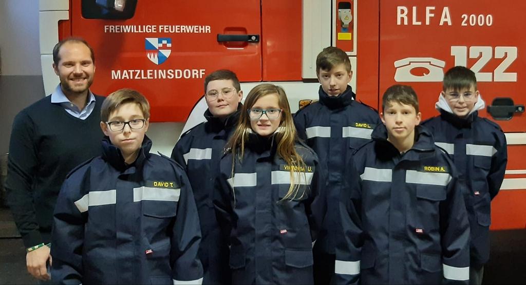 Neue Jacken für Feuerwehrjugend